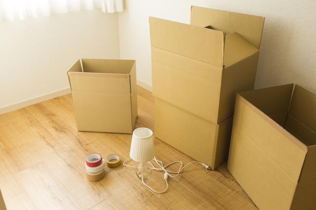 ダンボール箱やガムテープが置いてある部屋