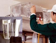 エアコンを清掃するスタッフ(引越し業者オプションサービスによる)
